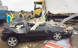 Milagroso accidente: un camión vuelca, aplasta a un vehículo y el conductor sale ileso