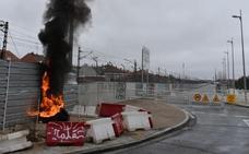 Arden varios neumáticos junto a las obras del túnel de Pilarica, en Valladolid