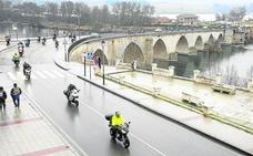 El agua no apaga el rugir de los más de 11.000 motoristas de Motauros
