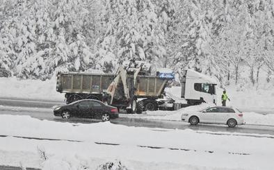 Tráfico comienza a embolsar camiones en la A-1 dirección Madrid a la altura de Boceguillas por la nieve