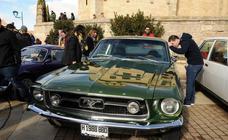 Paredes de Nava disfruta de una multitudinaria concentración de coches clásicos