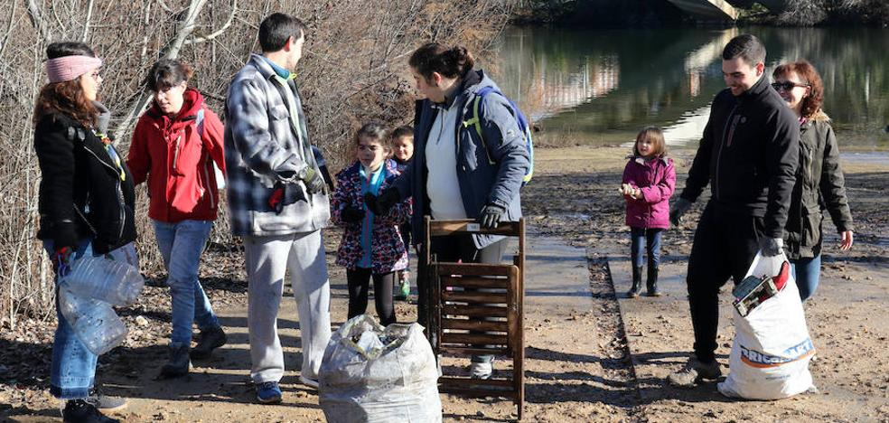 El Grupo de Limpieza de Valladolid realiza una nueva batida contra la suciedad en la ribera del Pisuerga