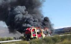 Arde un camión cargado de coches en la autovía A-6 a su paso por Torre del Bierzo