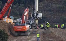 Roca muy dura ralentiza la perforación: el túnel para llegar a Julen avanza un metro en toda la mañana