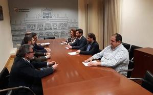 Cs comienza a negociar el presupuesto con el PP llamando a Carbayo «alcalde interino»