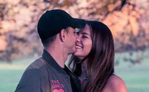 Chicharito y su novia presumen de alianzas