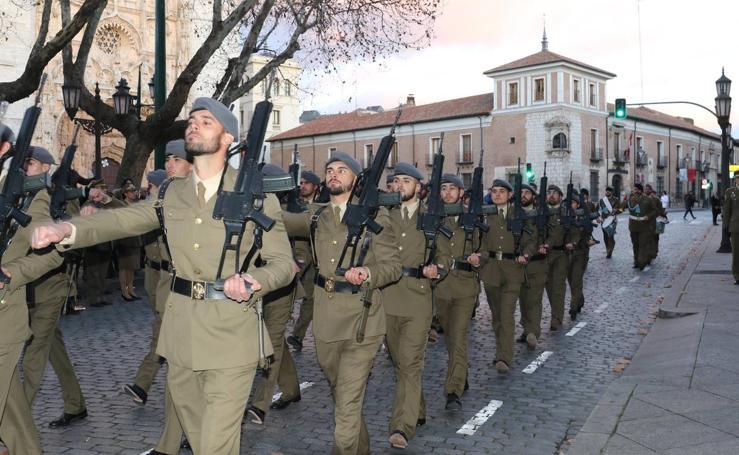 Los periodistas protagonizan el arriado de la bandera en el Palacio Real