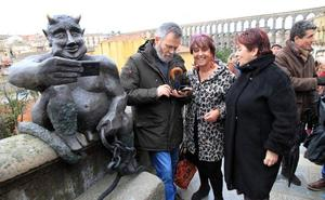 El polémico diablo Segodeus ya hace selfies en la calle San Juan de Segovia