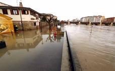 La crecida del Ebro obliga a desalojar vecinos, cortar calles y cerrar dotaciones públicas en Miranda