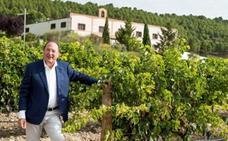 Carlos Moro plasma en un libro su pasión por el vino y la tierra