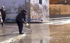 Recogen peces a mano en plena calle en Miranda de Ebro