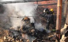 Los bomberos sofocan un incendio en el merendero de una vivienda de Bolaños de Campos