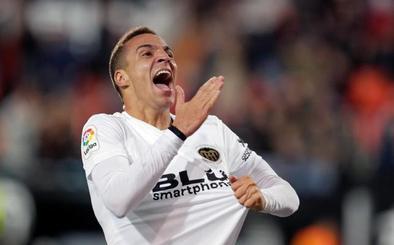 Rodrigo culmina una remontada con polémica del Valencia