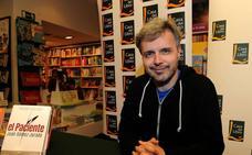 «No leas mi novela. ¿Para qué trasnochar y desatender a la familia pegado a un libro?»