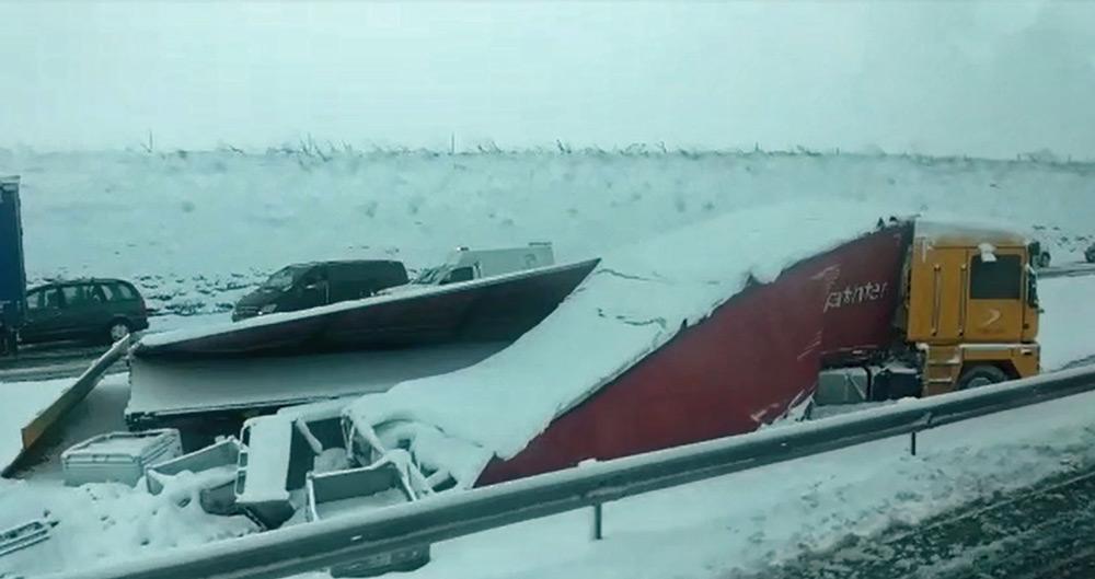 Cuatro heridos y al menos 27 vehículos implicados en tres accidentes causados por la nieve en la AP-1