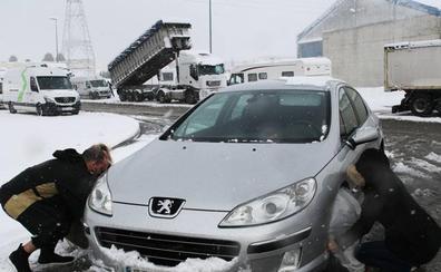 La Guardia Civil retiene vehículos sin cadenas en Aguilar de Campoo a causa de la nieve en la A-67