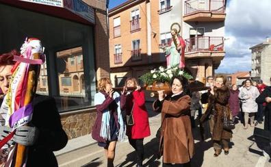 Unas 30 mujeres celebran la festividad de Santa Águeda en Linares de Riofrío
