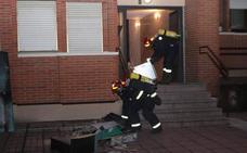 Intentan ayudar a su vecino a apagar un incendio en la cocina y acaban en el hospital por inhalar humo