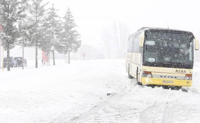 Permanecen cortadas por nieve 14 carreteras de montaña en Burgos, León y Salamanca y se precisan cadenas en una veintena