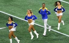 Dos hombres en el equipo de cheerleaders de los Rams