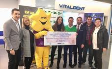 El CD Salamanca FS entrega el cheque de su torneo solidario de Navidad a la AERSCYL