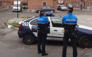 El juez imputa a los cinco presuntos agresores de tres policías locales en Las Viudas