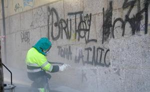 El Ayuntamiento limpió el año pasado más de 800 grafitis en la zona monumental