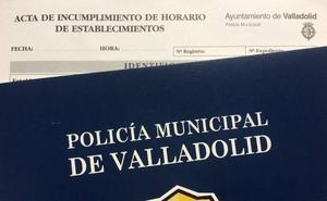 Encierra a sus clientes en el baño de un bar de Valladolid para evitar una multa