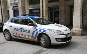 Roban una mochila del interior de un vehículo en Palencia