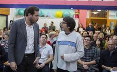 El alcalde de Valladolid participa en una asamblea con vecinos de La Overuela