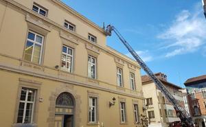 Reparación de urgencia en uno de los pináculos del Ayuntamiento de Palencia