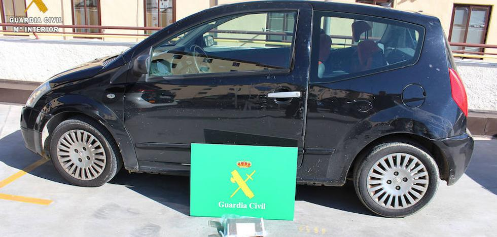 Los nervios delatan a dos jóvenes que ocultaban en su vehículo cocaína por valor de 60.000 euros