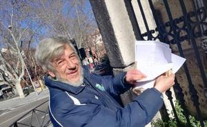 Un poeta callejero cambia versos por donativos en Valladolid