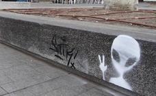 Multados dos grafiteros por estampar 'marcianitos' en los bancos de la Acera de Recoletos de Valladolid