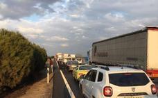 El vuelco de un camión en la A-62 provoca retenciones de hasta cinco kilómetros a la altura de San Miguel del Pino