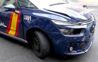Choca con dos coches de la Policía, mientras conducía sin carné, daba positivo en drogas y llevaba a su mujer y sus hijos en el coche