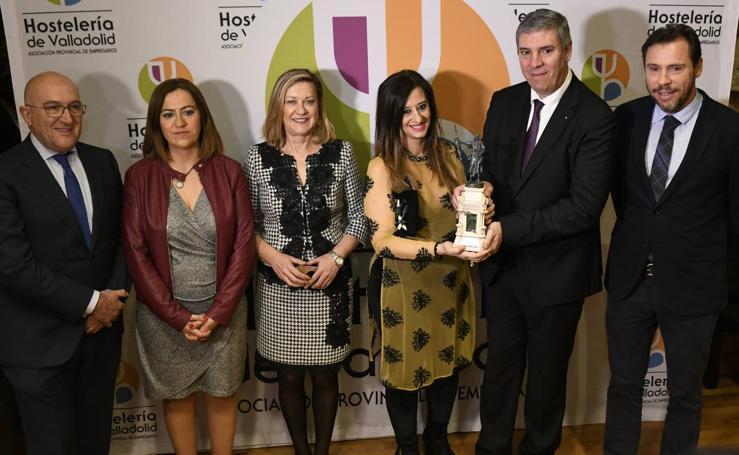 José Vicente de los Mozos recibe el premio Conde Ansúrez de manos de los hosteleros