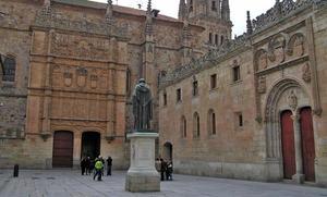 Mofa en las redes al confundir Pedro Sánchez a San Juan de la Cruz con Fray Luis de León en su libro