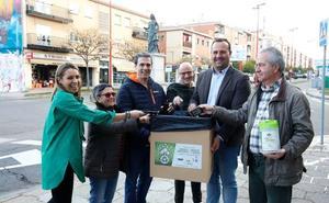Ayuntamiento de Santa Marta, comerciantes y Porsiete inician una campaña de reciclaje en los establecimientos