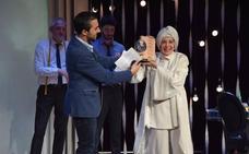 La actriz Concha Velasco recoge emocionada el AMGu de Honor en Guardo