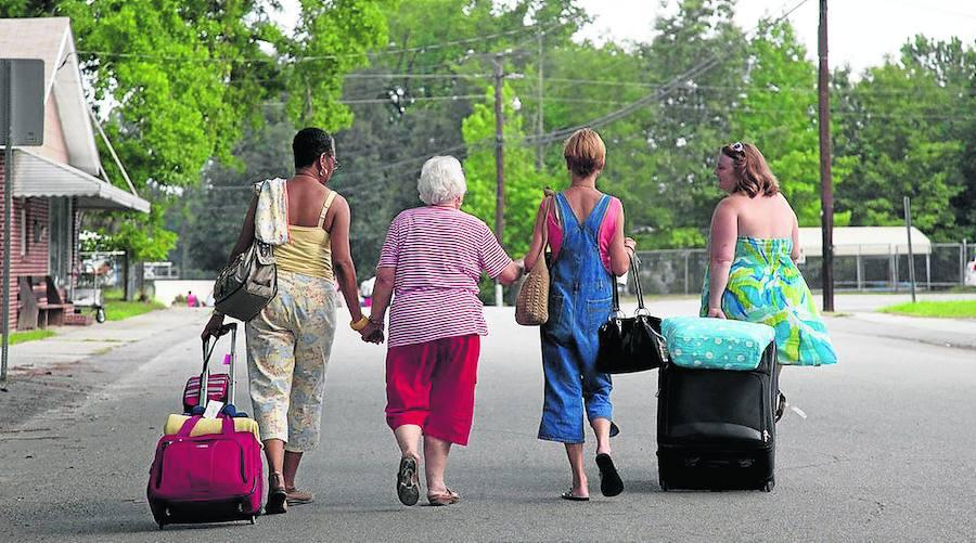 Las mujeres hacen las maletas