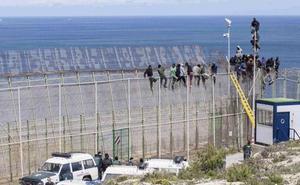 Interior empezará «en semanas» a retirar las concertinas del vallado de Ceuta