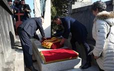 Sánchez rinde un sobrio homenaje a Azaña en su tumba de Montauba