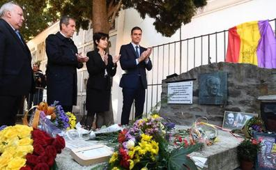 Pedro Sánchez visita la tumba de Antonio Machado en el 80 aniversario de la muerte del escritor