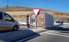 El vuelco de un camión obliga a regular el tráfico en la rotonda de Tejadilla