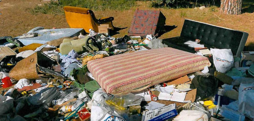Laguna denuncia al Seprona a una empresa por depositar desperdicios en la vía pública