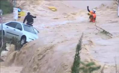 El rescate extremo de un hombre atrapado en el techo de su coche en mitad de la riada