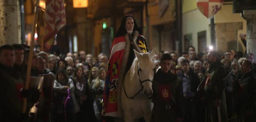 La llegada de la Reina Juana vuelve a teñir Tordesillas de historia y espectáculo