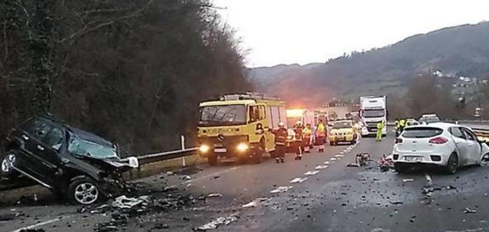 Un conductor kamikaze provoca una aparatosa colisión en Asturias con dos muertos