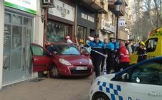 El dueño del local en el que se ha empotrado un coche en Valladolid: «Ha sido un milagro que no pasara nadie»